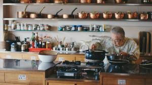 台所に立つ桧山タミさん
