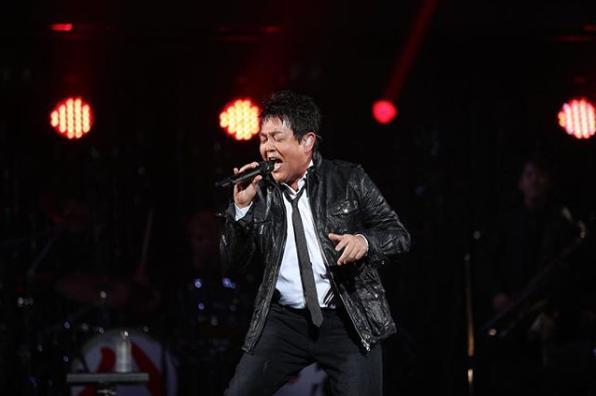 前田亘輝がワダフェスで熱唱(画像は『和田アキ子 2018年10月17日付Instagram「#WADAfes #前田亘輝」』のスクリーンショット)