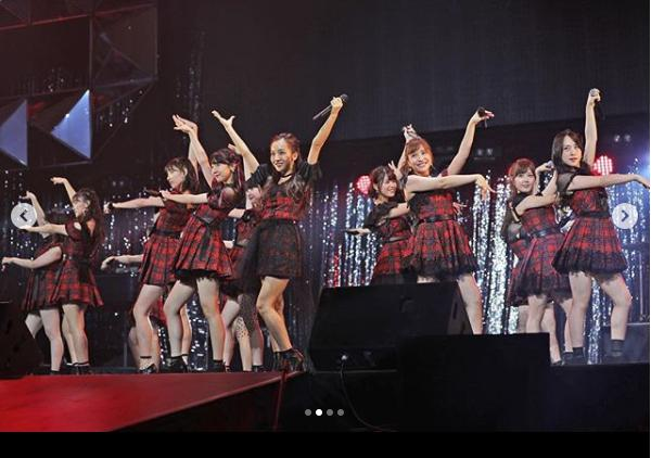 板野友美が『フライングゲット』で前田敦子ポジション(画像は『和田アキ子 2018年10月18日付Instagram「#WADAfes #AKB48 #AKO選抜」』のスクリーンショット)