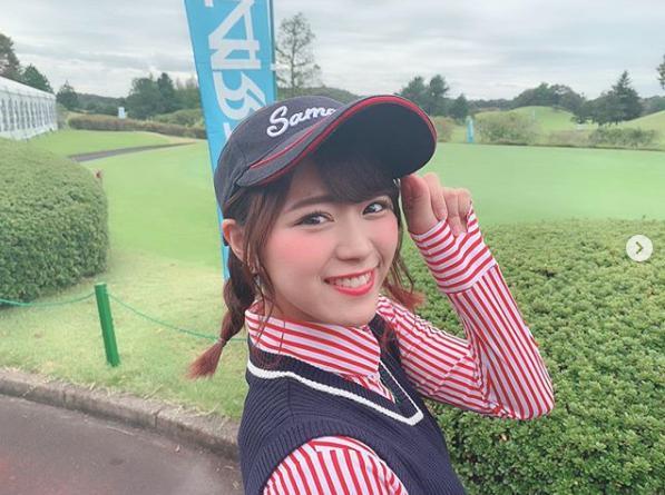 ゴルフスタイルの山内鈴蘭(画像は『山内鈴蘭 suzuran yamauchi 2018年10月8日付Instagram「今日は女子プロのスターツレディースゴルフのプロアマ大会に初めて!!参加させて頂きました」』のスクリーンショット)