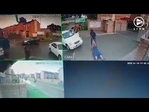 引きずられて誘拐される女性(画像は『Multimedia LIVE 2018年11月14日公開 YouTube「Lawyer and friend hijacked and kidnapped outside complex」』のサムネイル)