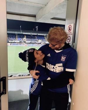 【イタすぎるセレブ達】エド・シーラン、婚約者との2ショット公開 故郷・英国で一緒にサッカー観戦
