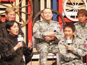 記者発表会でトークする矢部浩之と浜田雅功