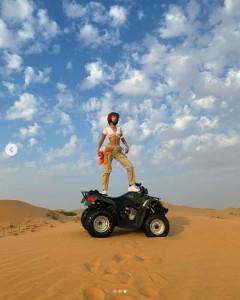 ドバイの砂漠でATVを楽しむベラ・ハディッド(画像は『bellahadid 2018年11月25日付Instagram』のスクリーンショット)