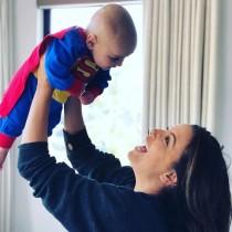 【イタすぎるセレブ達】エヴァ・ロンゴリアの愛息、初ハロウィンでキュートなスーパーマンに!
