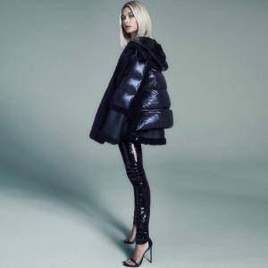 このショットにジャスティンも絶賛(画像は『Hailey Rhode Bieber 2018年11月16日付Instagram「Back again as the face of @nicolebenisti wearing my favorite coat」』のスクリーンショット)