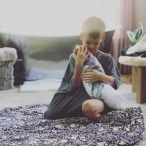 【イタすぎるセレブ達】ヒラリー・ダフ、息子(6)が生後4週目の妹を抱く微笑ましい写真公開