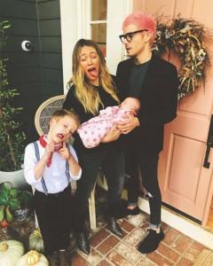 家族写真で変顔を見せたヒラリー・ダフとルカくん(画像は『Hilary Duff 2018年11月17日付Instagram「Banks ... you gotta try harder」』のスクリーンショット)