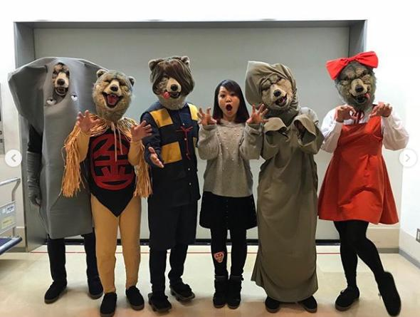 ホルモン・ナヲと『ゲゲゲの鬼太郎』の妖怪に仮装したマンウィズ(画像は『maximum the hormone 2018年10月31日付Instagram「米子でなにやら狼の仮装パーティーをしてるということで…ゴホンゴホン。」』のスクリーンショット)