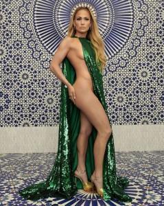 「セクシーすぎる!」と評判のケープ姿のジェニファー(画像は『Jennifer Lopez 2018年10月31日付Instagram「December 2018 @instylemagazine」』のスクリーンショット)