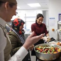 【イタすぎるセレブ達】メーガン妃、ロンドンで地域活動に参加 300食の用意を手伝う