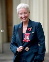 【イタすぎるセレブ達】エマ・トンプソン、大英帝国勲章授与式にスニーカーで登場
