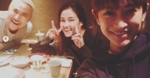 黒木メイサもWピースでご機嫌(画像は『Meisa Kuroki 黒木メイサ 2018年11月27日付Instagram「先日のteam Okinawa. 喋った。喋った。」』のスクリーンショット)