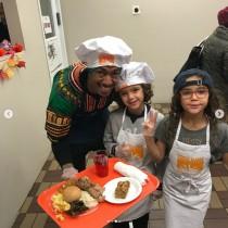 【イタすぎるセレブ達】マライア・キャリーの元夫ニック・キャノン、感謝祭は双子を連れてボランティア活動へ