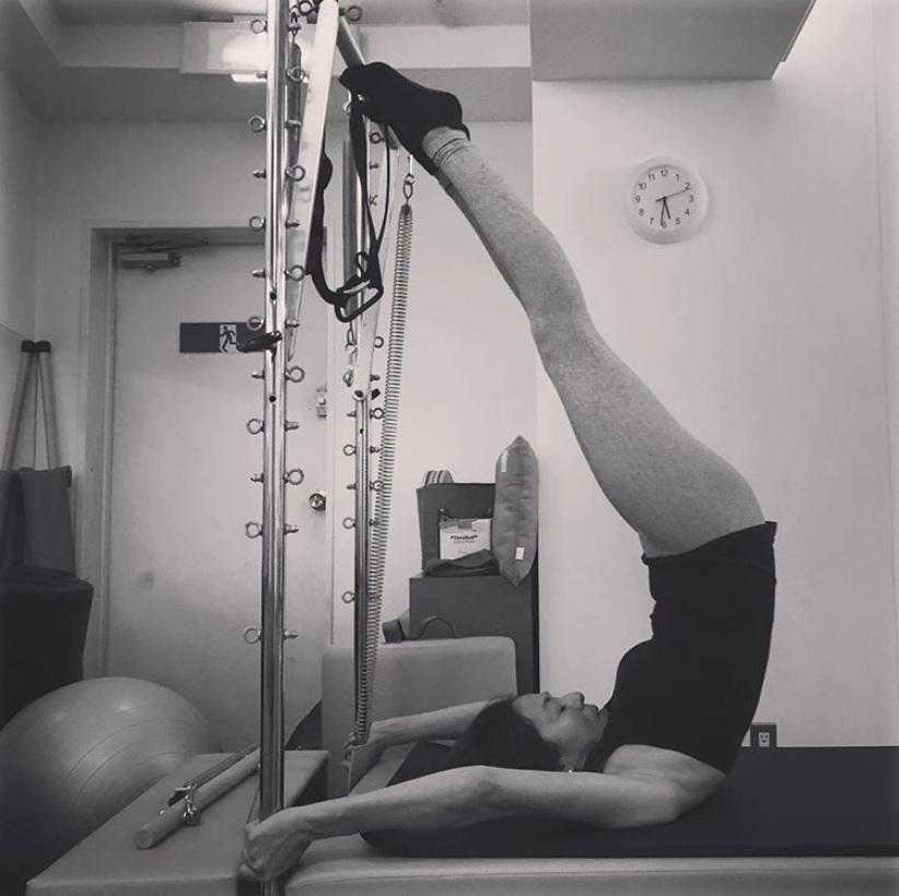 ピラティスマシンで鍛えるRIKACO(画像は『RIKACO 2018年11月1日付Instagram「ここ数日で固まった心と体を伸ばしてます」』のスクリーンショット)