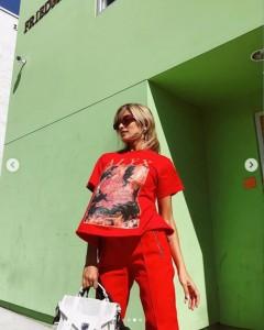 カズレーザーはこのTシャツに似せようと…(画像は『ROLA 2018年10月22日付Instagram「Woke up in the morning went to the farmers market.」』のスクリーンショット)