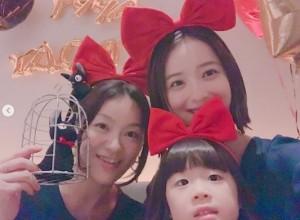 キキに扮した3人(画像は『佐々木希 2018年10月31日付Instagram「あきちゃんのhappy birthday & happy Halloween」』のスクリーンショット)