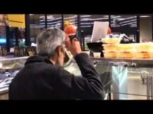 【海外発!Breaking News】スーパーの惣菜売り場でスープをお玉から直接飲む男が捉えられる(米)<動画あり>