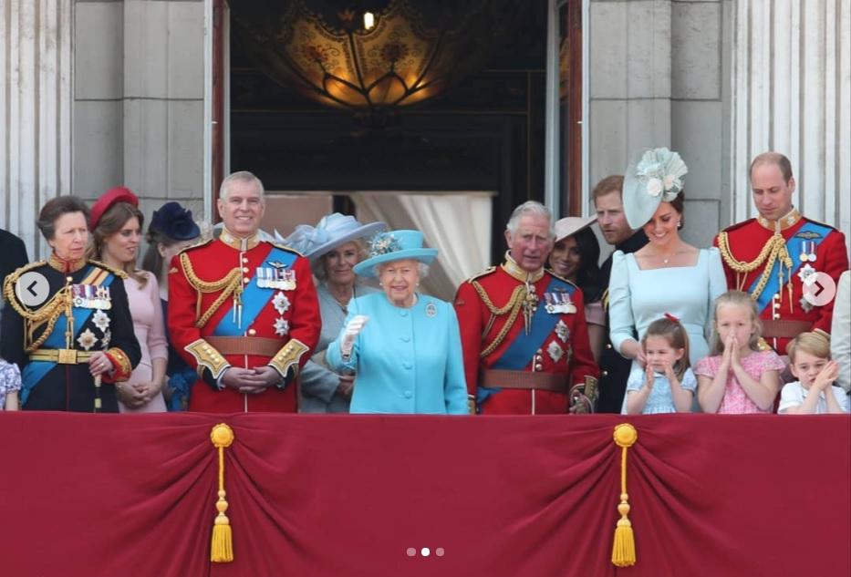 6月の伝統祝賀式典にて勢ぞろいした英王室メンバー(画像は『The Royal Family 2018年6月9日付Instagram「Following Trooping the Colour, on the occasion of Her Majesty's 92nd Birthday, members of The Royal Family stand on the balcony to watch a fly past.」』のスクリーンショット)