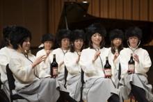 """養命酒が楽器に!? 美女30人がビンに手をかざして""""子守歌""""を合奏する動画がシュール"""