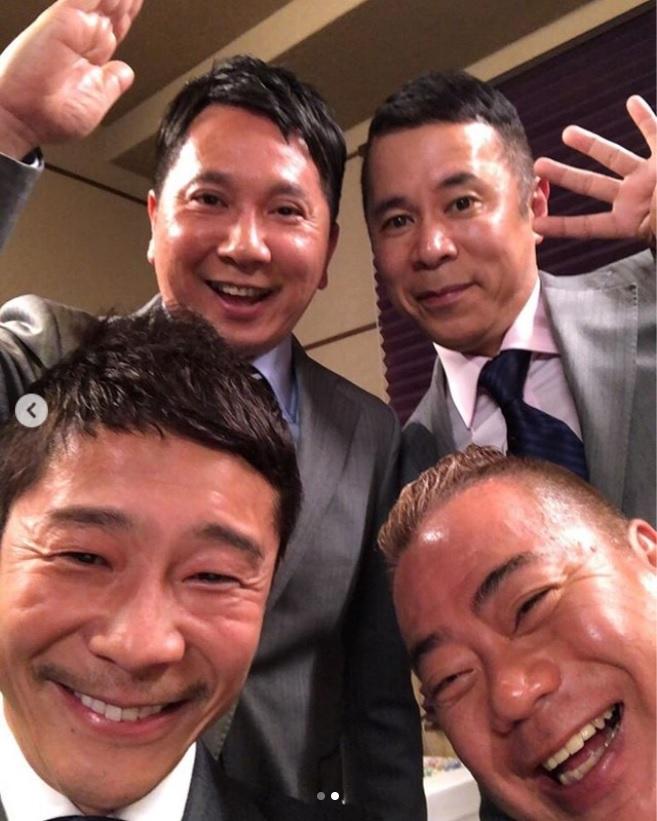 前澤友作社長との4ショット(画像は『Yusaku Maezawa(MZ) 2018年11月21日付Instagram「出川さん、田中さん、岡村さんが、同じように背が低い僕に興味を持ってくださりZOZOに来てくれた。」』のスクリーンショット)
