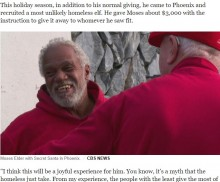 【海外発!Breaking News】シークレットサンタの手伝いをするホームレス、人々に100ドル札を渡す(米)<動画あり>