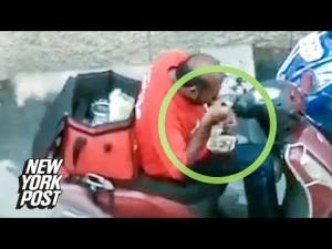 【海外発!Breaking News】配達中に客の食べ物を盗み食いしたデリバリースタッフ(印)<動画あり>