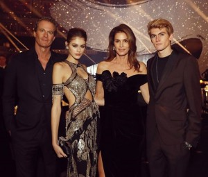 美形ぞろいで絵になる一家(画像は『Cindy Crawford 2018年12月11日付Instagram「Loved getting all dressed up with these guys for the #BritishFashionAwards last night」』のスクリーンショット)