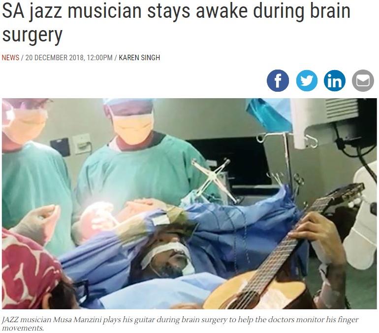 手術中にギターを弾き続けるジャズミュージシャン(画像は『IOL 2018年12月20日付「SA jazz musician stays awake during brain surgery」』のスクリーンショット)