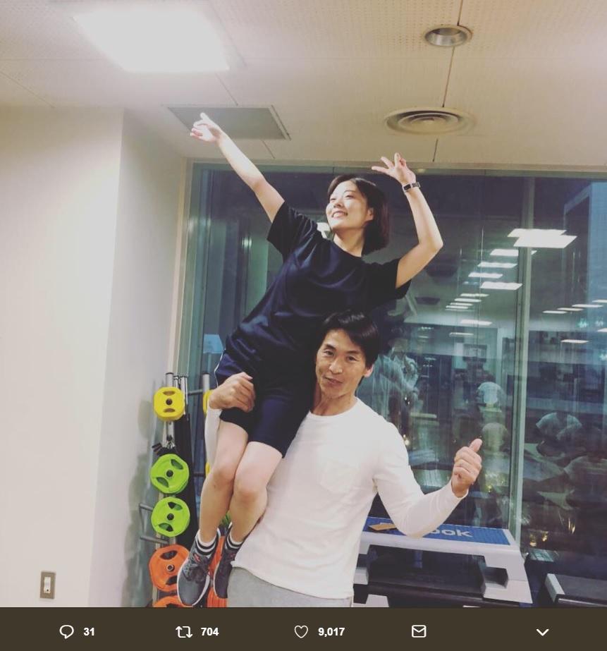 仲田コーチに肩車されてポーズする高畑充希(画像は『ken nakata 2018年12月19日付Twitter「肩車!今日もトレーニングお疲れ様でした。」』のスクリーンショット)