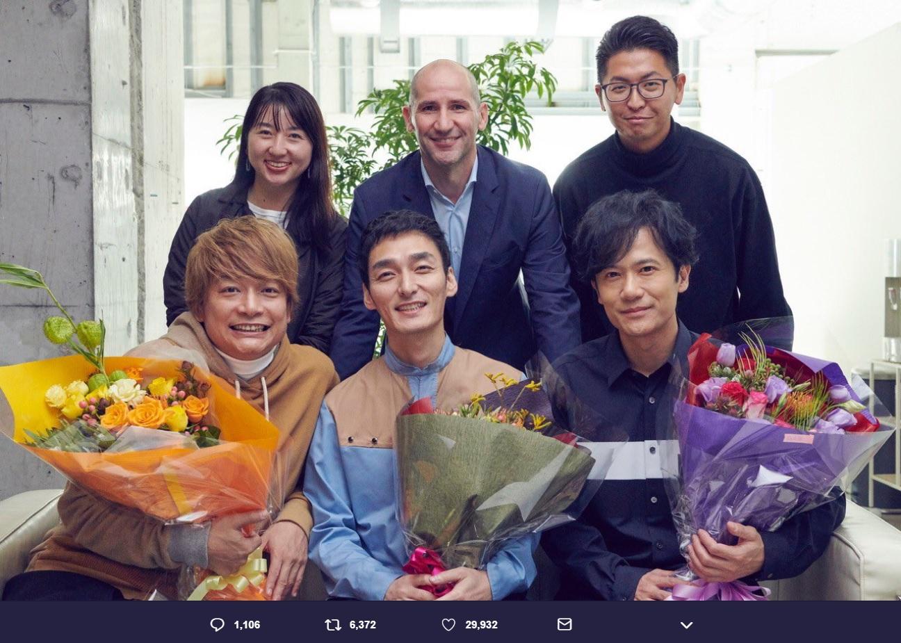 香取慎吾、草なぎ剛、稲垣吾郎とAmazon Music関係者(画像は『草なぎ剛 2018年12月10日付Twitter「We join Amazon Music!」』のスクリーンショット)