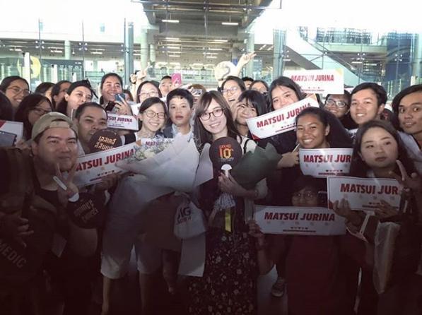 タイの空港で松井珠理奈を迎えるファンたち(画像は『松井珠理奈 2018年12月5日付Instagram「タイなうです」』のスクリーンショット)