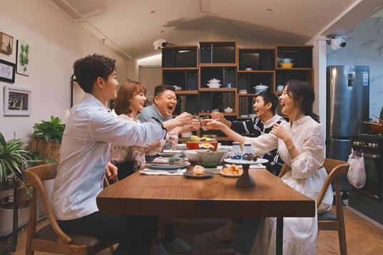 食卓を囲み乾杯する宮脇咲良(画像は『modu_kitchen 2018年12月22日付Instagram』のスクリーンショット)