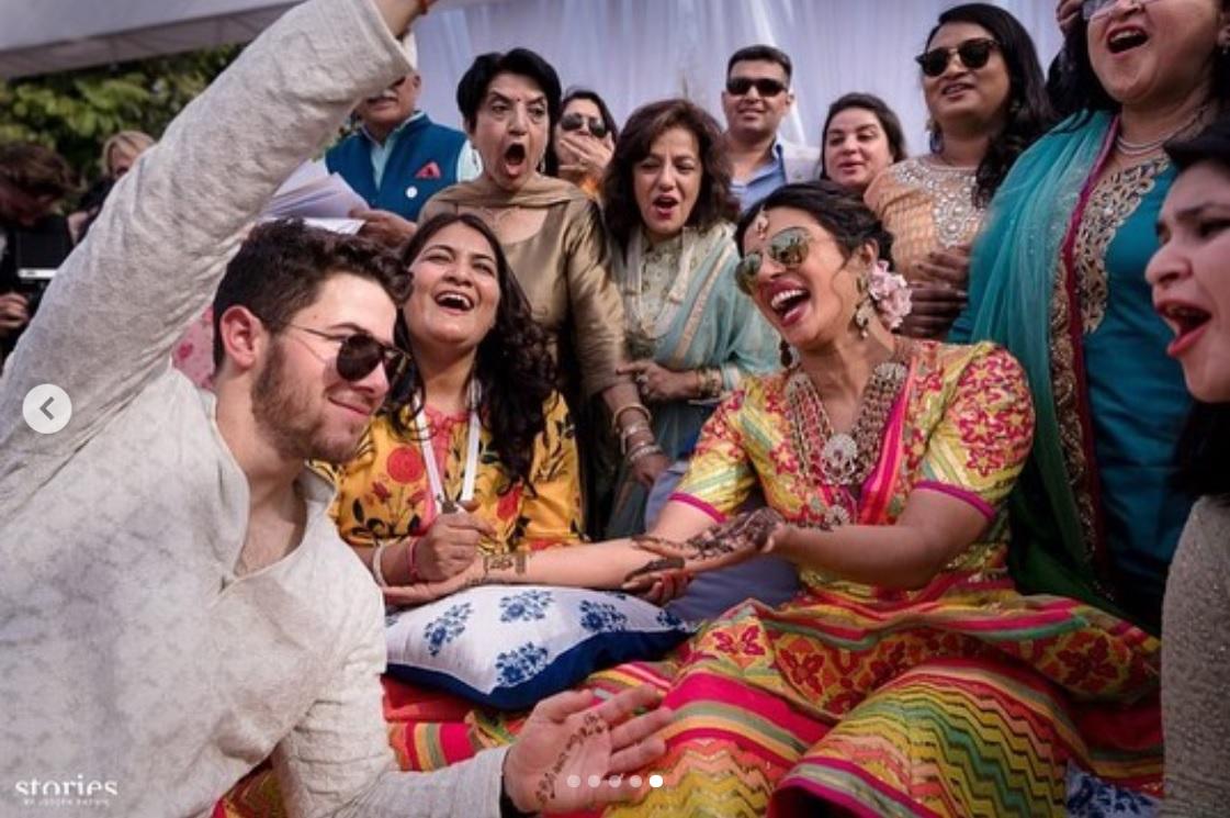 ニック&プリヤンカーの手にはヘナタトゥー(画像は『Nick Jonas 2018年12月1日付Instagram「One of the most special things that our relationship has given us is a merging of families who love and respect each other's faiths and cultures.」』のスクリーンショット)