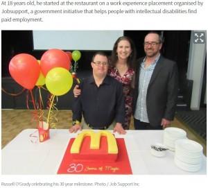 2年前、勤続30周年パーティーでのラッセルさん(画像は『NZ Herald 2018年12月17日付「McDonald's worker with Down syndrome retires after 32 years」(Photo / Job Support Inc)』のスクリーンショット)