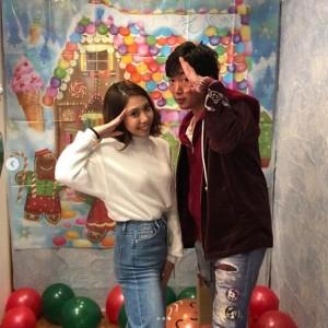 薬丸玲美と小沢一敬(画像は『薬丸玲美 2018年12月28日付Instagram「Christmas party .集合写真」』のスクリーンショット)