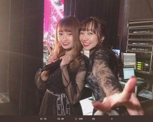 ピースサインして和む中井りかと須田亜香里(画像は『中井りか 2018年12月17日付Twitter「おやすみ」』のスクリーンショット)