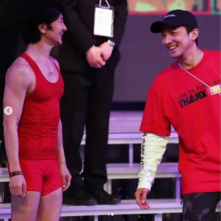 笑顔で言葉を交わす武田真治とISSA(画像は『武田真治 2018年12月30日付Instagram「2018.12.29.大晦日に生放送される#NHK#紅白歌合戦 のリハーサルに行って参りました☆」』のスクリーンショット)