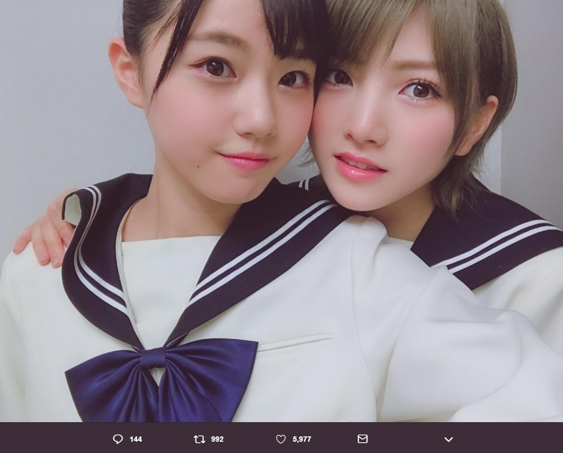 瀧野由美子と岡田奈々(画像は『瀧野由美子 2018年12月27日付Twitter「岡田奈々さん生誕祭」』のスクリーンショット)