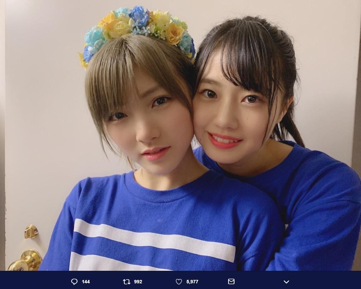 頬を寄せる岡田奈々と瀧野由美子に「もはや完全にカップルの写真!」の声(画像は『瀧野由美子 2018年12月27日付Twitter「岡田奈々さん生誕祭」』のスクリーンショット)