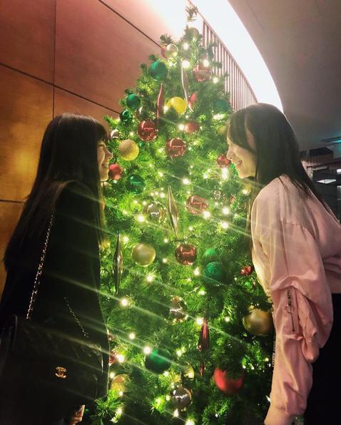 クリスマスツリーを前にした島崎遥香と高橋朱里(画像は『高橋朱里 2018年12月1日付Instagram「ツリーを見つけた時のしあわせ・・・」』のスクリーンショット)