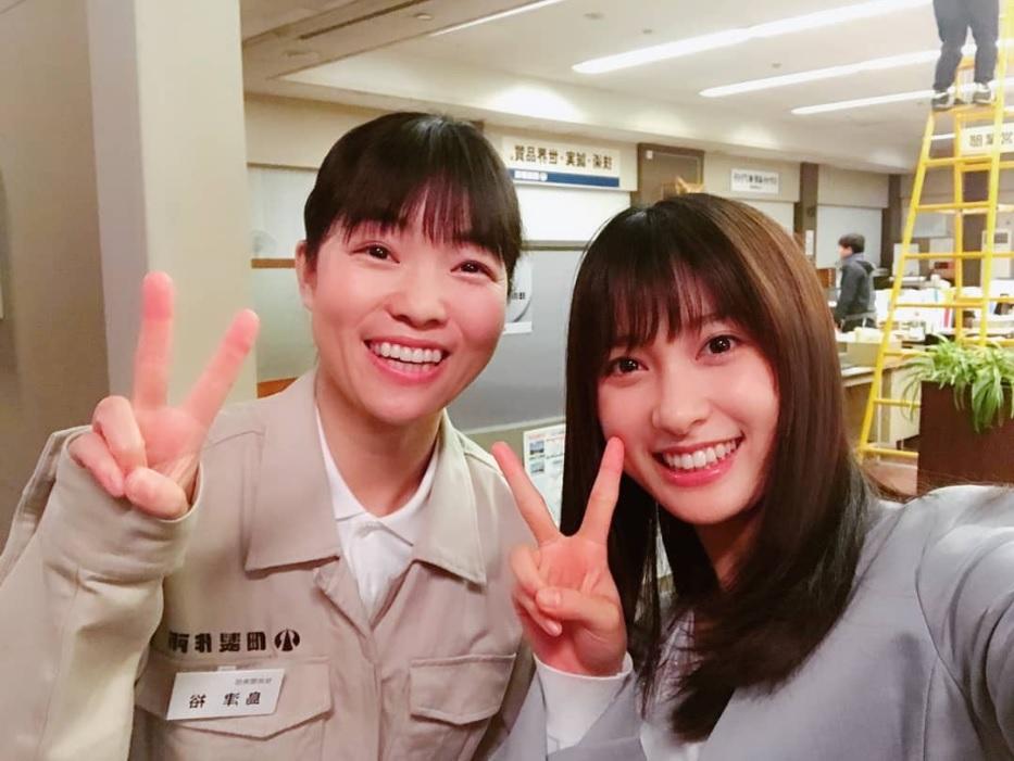 イモトアヤコと土屋太鳳(画像は『土屋太鳳 2018年12月23日付Instagram「平成元年以来の雨の有馬記念。」』のスクリーンショット)