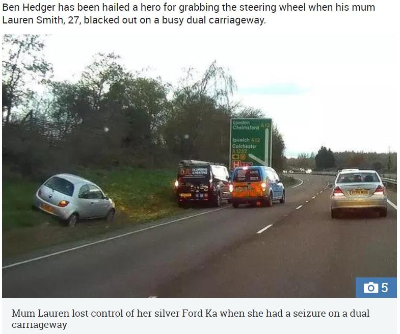 ローレンさんが運転していたシルバーの車をベン君が路肩に停車(画像は『The Sun 2018年12月14日付「BOY RACER Moment boy, 8, grabbed wheel to steer car to safety when mum suffered seizure while driving」』のスクリーンショット)