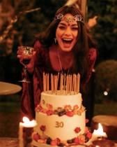 【イタすぎるセレブ達】ヴァネッサ・ハジェンズが30歳に 誕生日会のテーマは『ロード・オブ・ザ・リング』