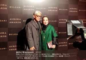 坂本龍一と湯川れい子(画像は『湯川れい子 2018年12月13日付Twitter「昨夜のブルガリのアウロラ・アウォード。」』のスクリーンショット)