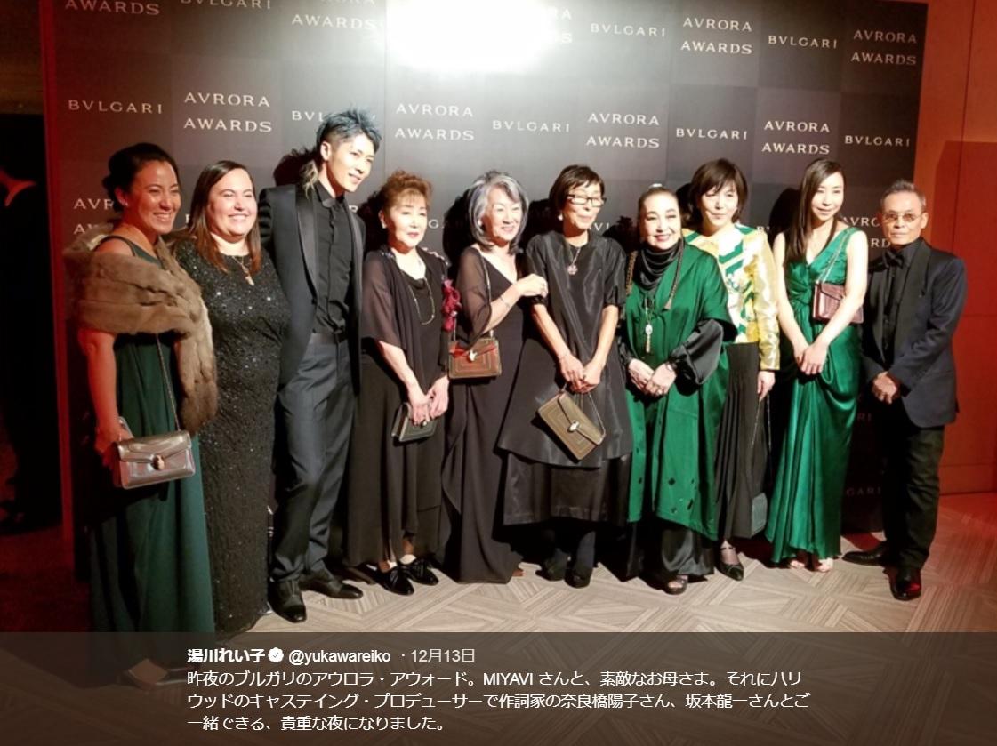 MIYAVIや湯川れい子ら『ブルガリ アウローラ アワード 2018』授賞式での記念写真(画像は『湯川れい子 2018年12月13日付Twitter「昨夜のブルガリのアウロラ・アウォード。」』のスクリーンショット)