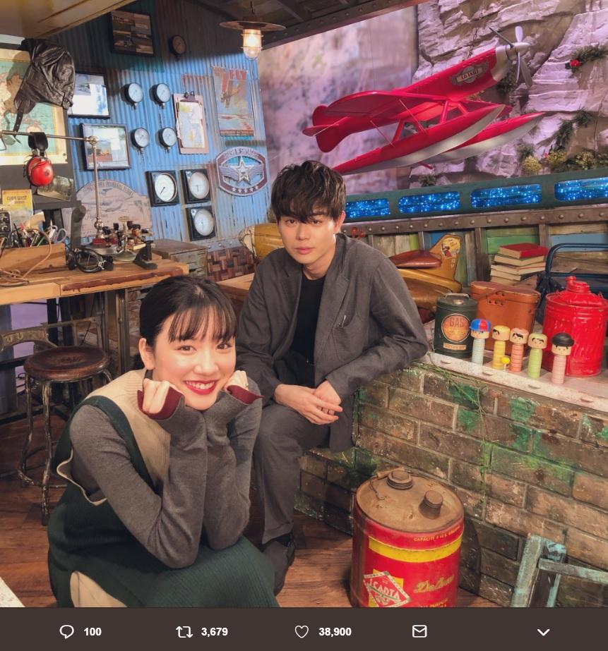 永野芽郁と菅田将暉(画像は『【公式】3年A組-今から皆さんは、人質です- 2019年1月12日付Twitter「出演情報 本日21:00~21:54「嵐にしやがれ」」』のスクリーンショット)