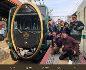 """観光車両「ひえい」と記念写真に納まる""""鉄道BIG4""""や芳根京子(画像は『吉川正洋(ダーリンハニー) 2018年12月31日付Twitter「笑神様元日放送です。」』のスクリーンショット)"""