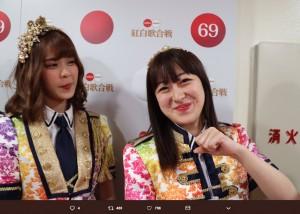 BNK48のモバイルと伊豆田莉奈(画像は『石原真 2018年12月30日付Twitter「あっ、奥にいるのは…いずりなめっけ!」』のスクリーンショット)