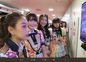 『第69回NHK紅白歌合戦』リハーサルでのBNK48(画像は『石原真 2018年12月30日付Twitter「あっ、奥にいるのは…いずりなめっけ!」』のスクリーンショット)